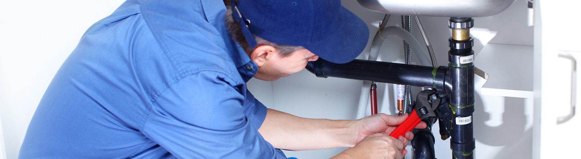 Expert plumber doping the repair
